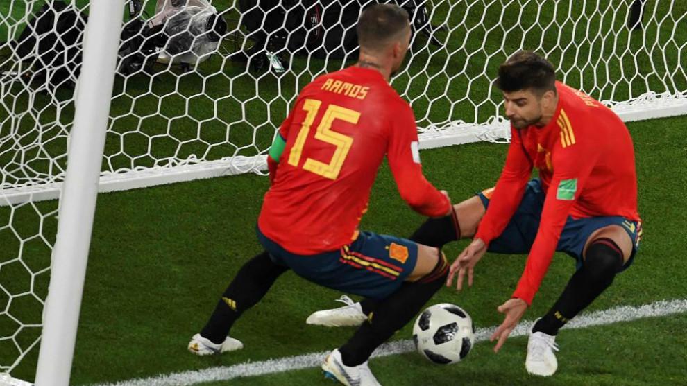 Sergio Ramos y Piqué recogen el balón de la portería marroquí tras...