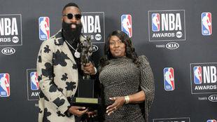 James Harden posa junto a su madre con el premio MVP