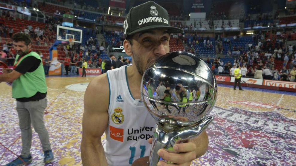 Facundo Campazzo con el trofeo de campeones de la Liga Endesa