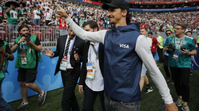 Zlatan Ibrahimovic se pasea por el césped antes del Alemania-México...