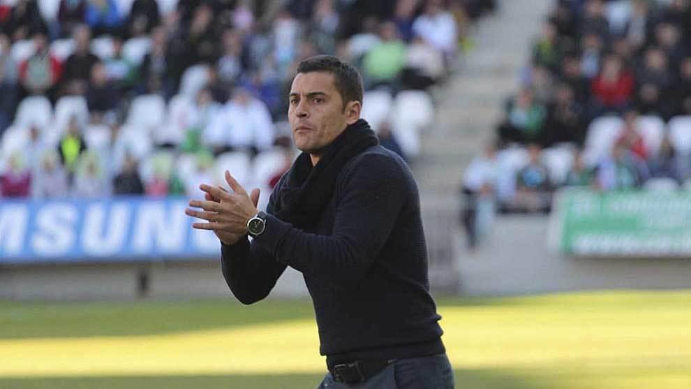 Francisco anima a sus jugadores  en la visita del Lugo al Arcángel...