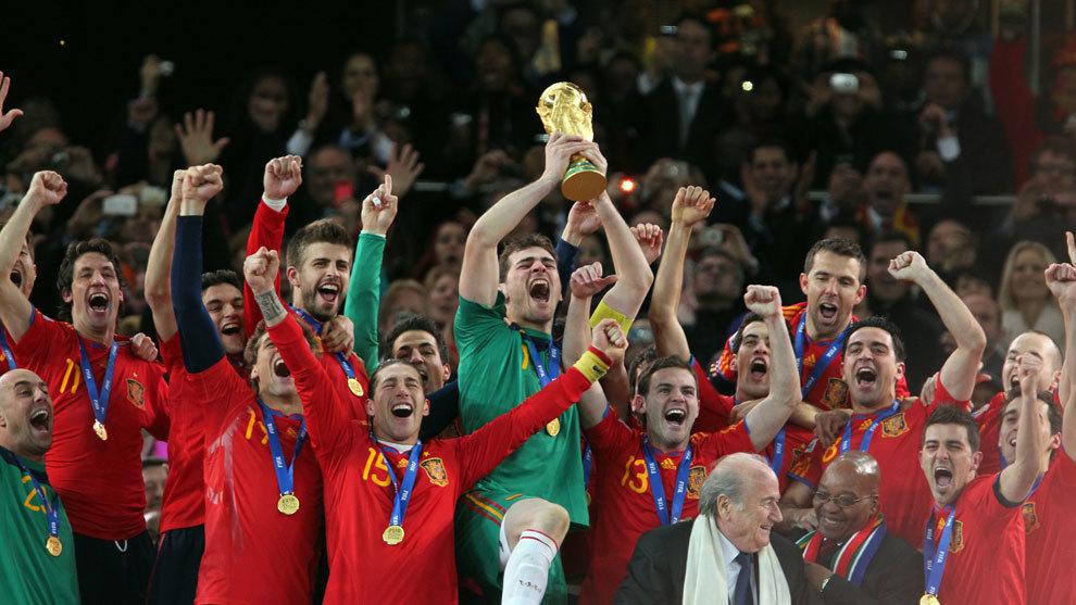 Casillas levanta la copa del mundo.