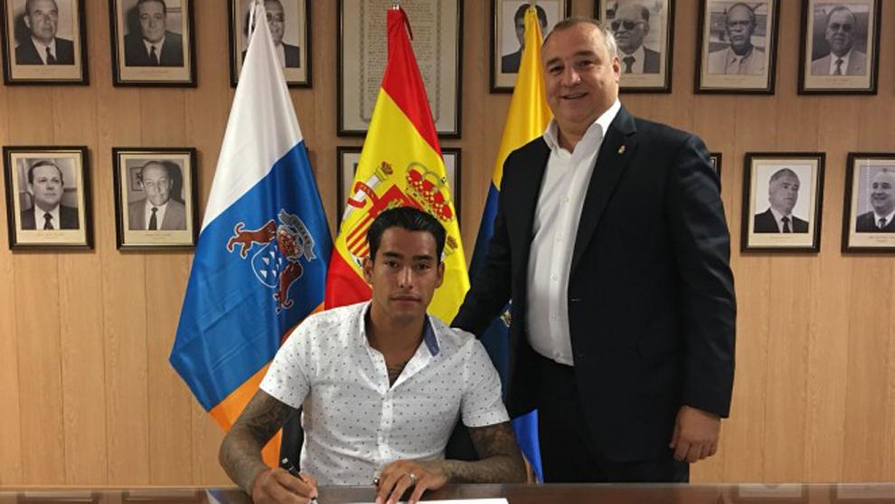 Ramírez y Araujo durante el acto de renovación del delantero...