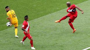 Carrillo ejecuta el disparo que supuso el primer gol de Perú.