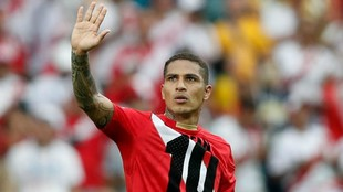 Guerrero saluda a la grada con la camiseta de Farfán.