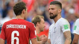 Andreas Christensen y Olivier Giroud se saludan tras el partido que...