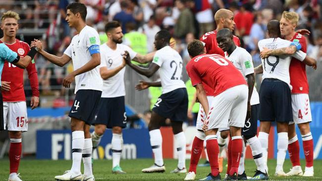 Los jugadores de Francia y Dinamarca se saludan al acabar el partido
