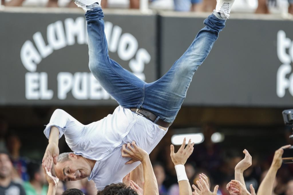 Juan Sabas, manteado por sus jugadores tras lograr el ascenso en...