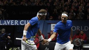 Nadal se choca la mano con Federer