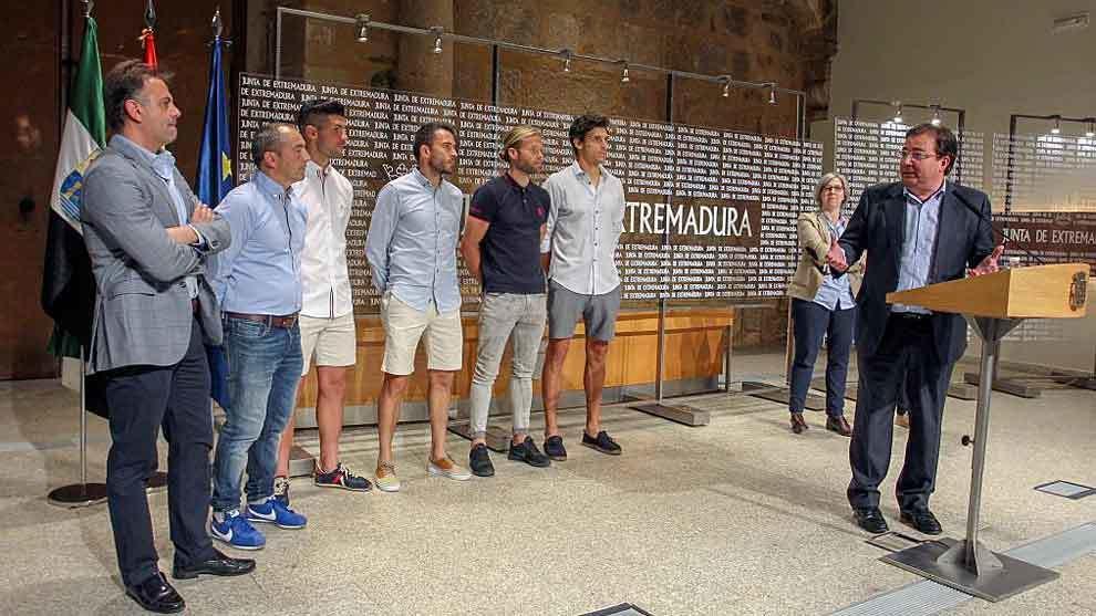 Manuel Franganillo,  Sabas y varios jugadores en la recepción de...