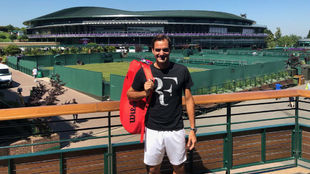 Federer posa delante de las pistas de Wimbledon