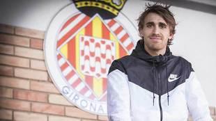 Marc Muniesa posa para MARCA delante del escudo del Girona