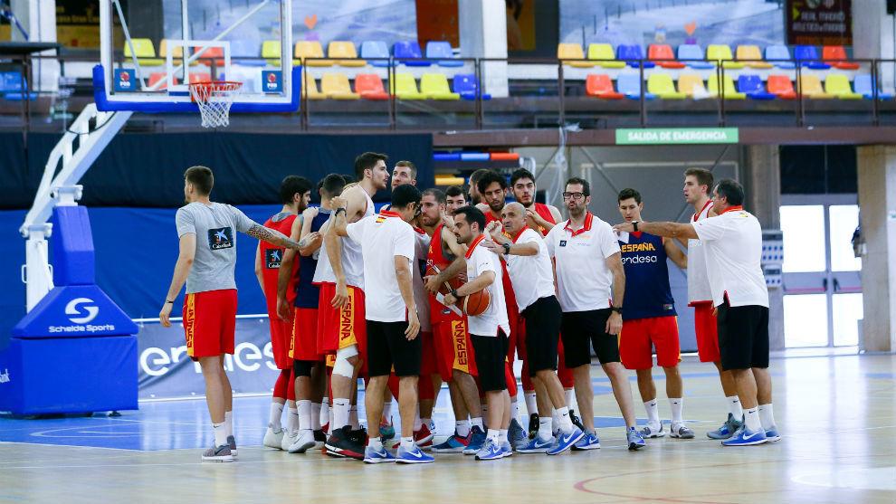 La selección española hace piña tras un entrenamiento en...