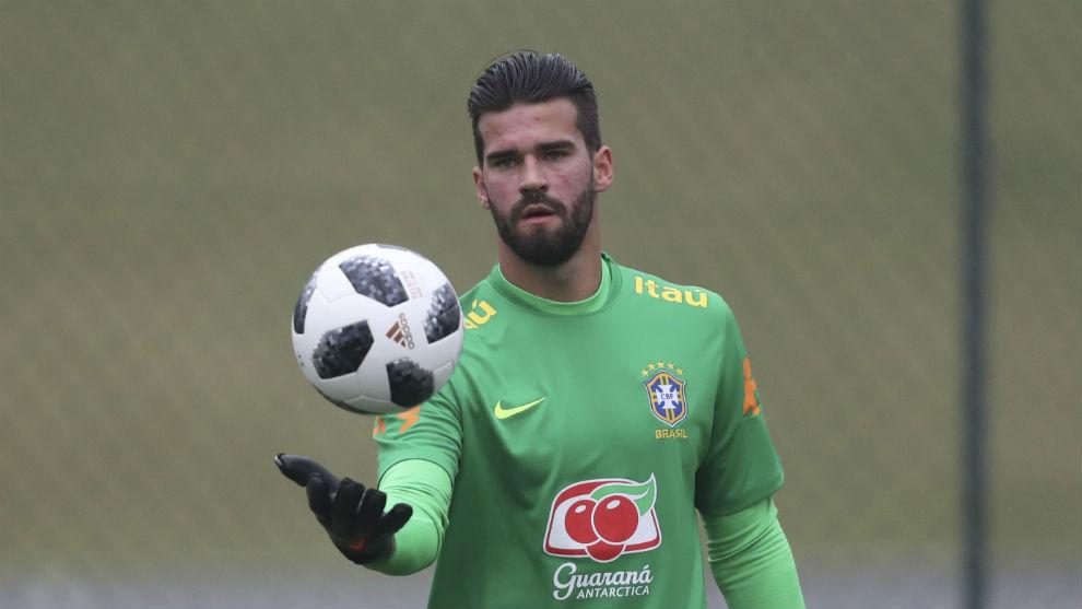 Alisson juguetea con un balón durante un entrenamiento con Brasil.
