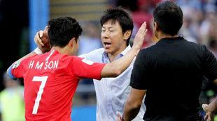 Shin Tae-yong, seleccionador de Corea del Sur se abraza a Son, autor...