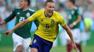 Augustinsson celebra el primer gol contra México.