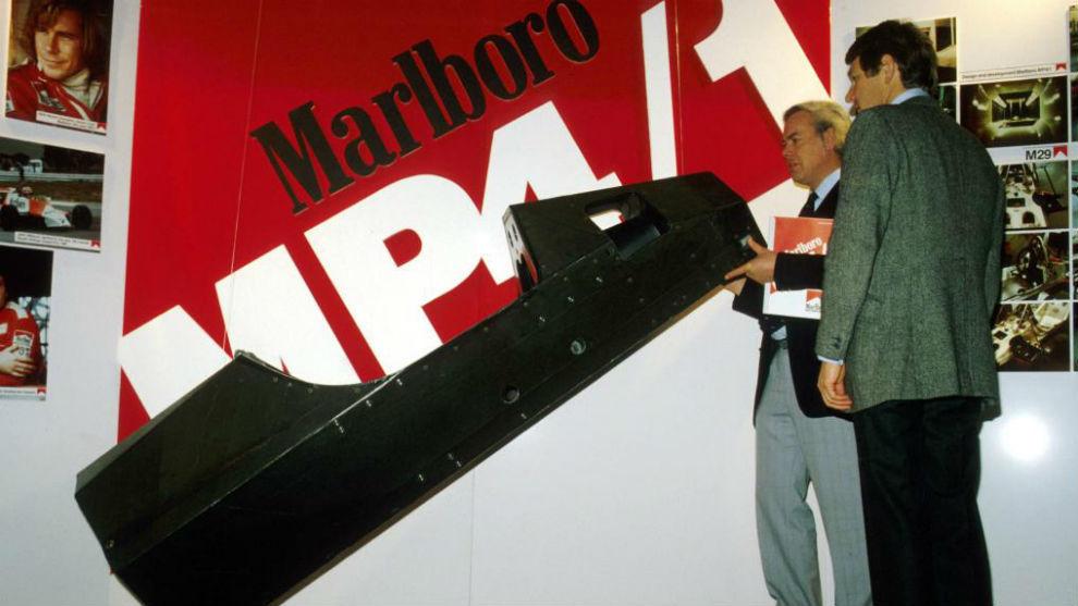 Barnard, de espaldas, en 1981, en McLaren.