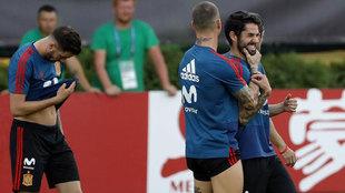 Sergio Ramos bromea con Isco en el entrenamiento de este miércoles.