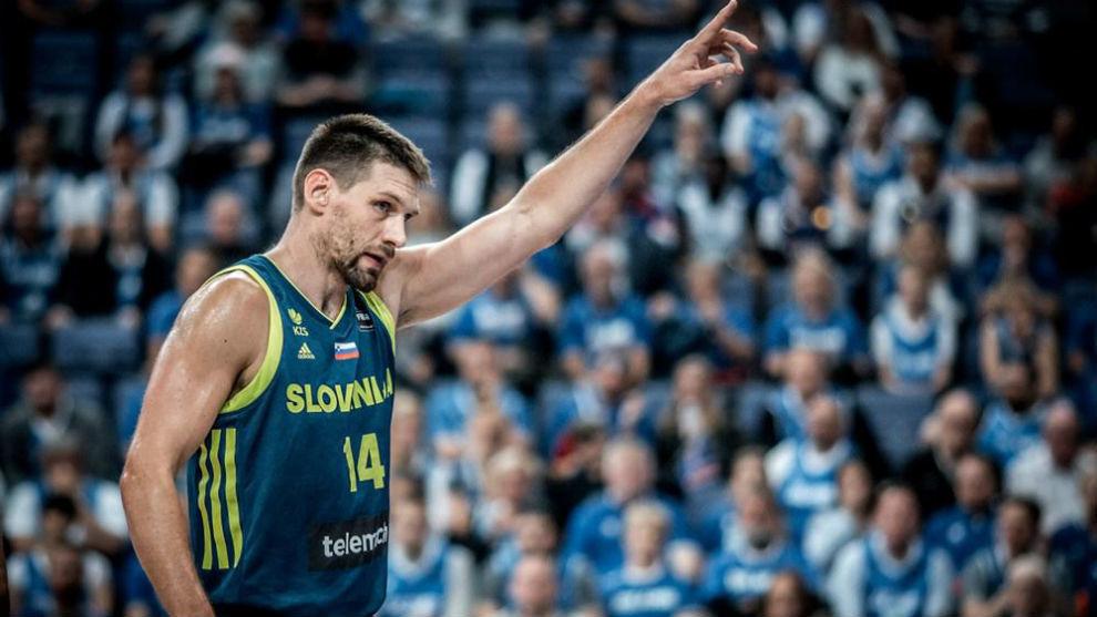 Gasper Vidmar jugando en el Eurobasket con Eslovenia