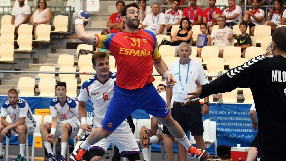 Iosu Goñi lanza a portería ante Serbia