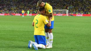 Thiago Silva y Neymar celebran el gol.