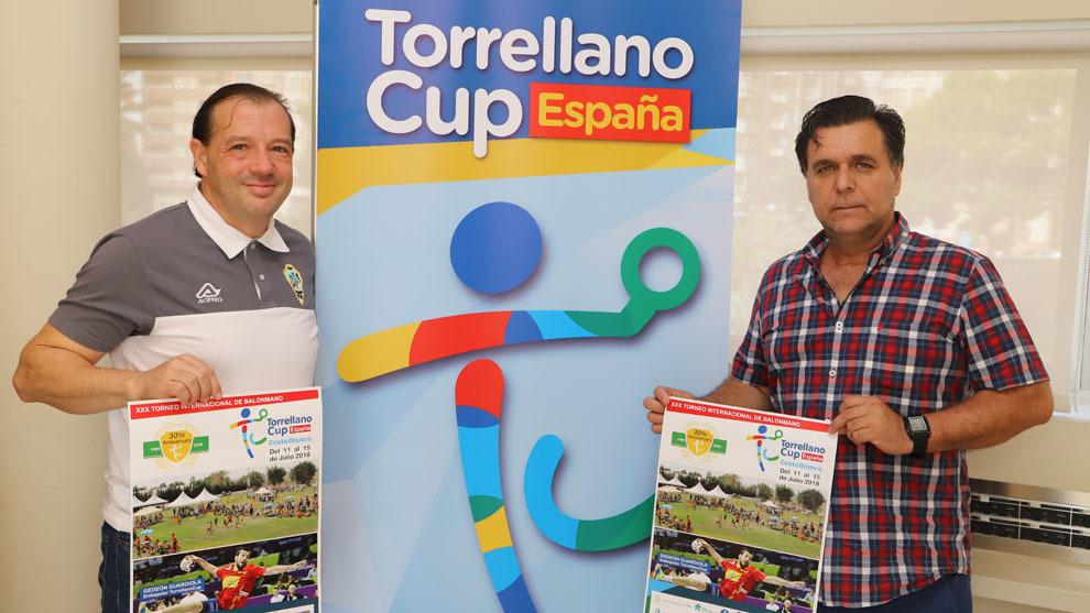 El concejal de Deportes de Elche, Jesús Pareja, y el presidente de la...