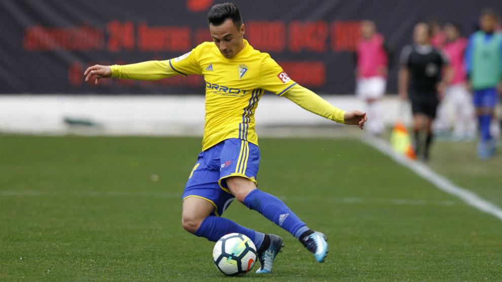 El jugador cadista Álvaro García (25) golpea el balón.