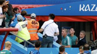 Özil encarándose con los aficionados alemanes