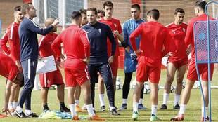 El segundo técnico José Ramón Rodríguez da indicaciones en...