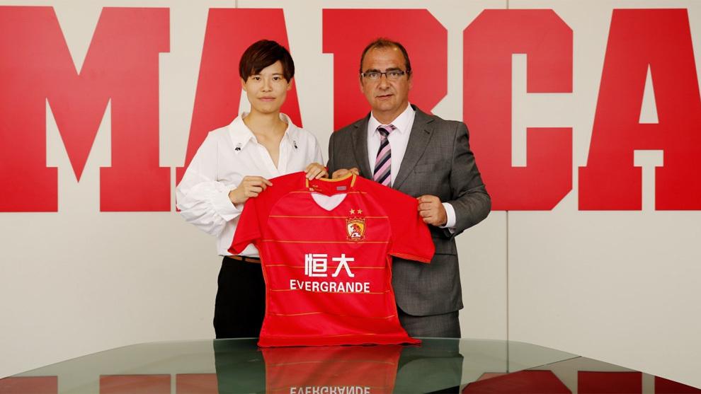 Liu Qian-Gloria posa con el director de MARCA Juan Ignacio Gallardo
