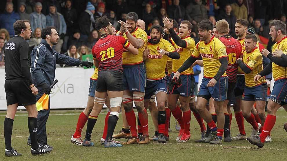 Los jugadores españoles protestan al colegiado rumano tras el...