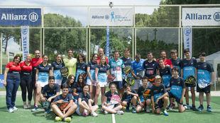 Foto de familia del Allianz Junior Pádel Camp con Paquito Navarro.