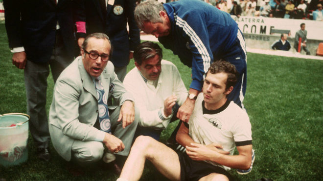 Los asistentes atienden a Beckenbauer, lesionado en la clavícula.