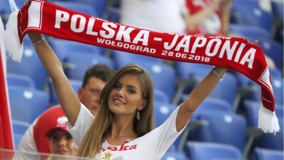 Una aficionada de Polonia con su bufanda antes del partido