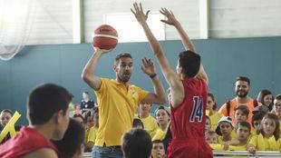 José Manuel Calderón juega con los chicos de La Llagosta.