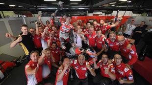 El equipo Ducati, celebrando la victoria en Montmeló