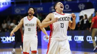 Orlando Méndez celebra tras anotar un triple.