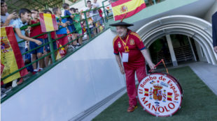 Manolo, con su inseparable bombo, durante un partido de España.