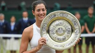 Garbiñe, con el trofeo de WimbledonFP
