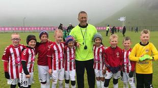 Hallgrimsson, posando con los pequeños jugadores / Footballicelland