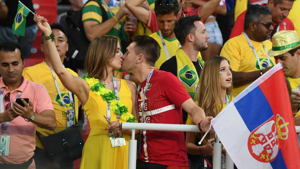 Dos aficionados se besan antes del Brasil-Serbia