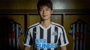 Ki posa con la camiseta del Newcastle.
