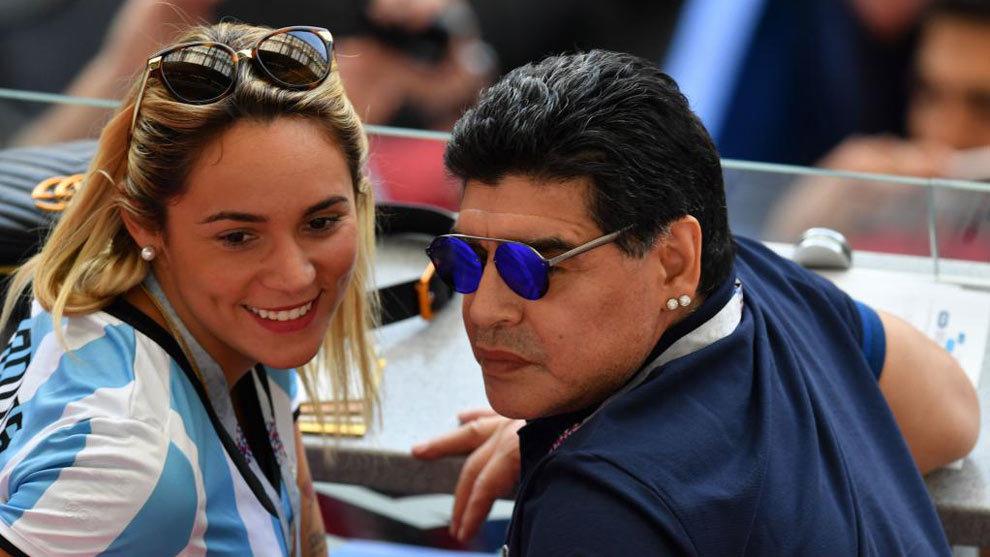Maradona reaparece en el Francia-Argentina con su novia