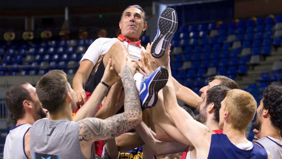 Sergio Scariolo, manteado por los jugadores para celebra su triunfo...