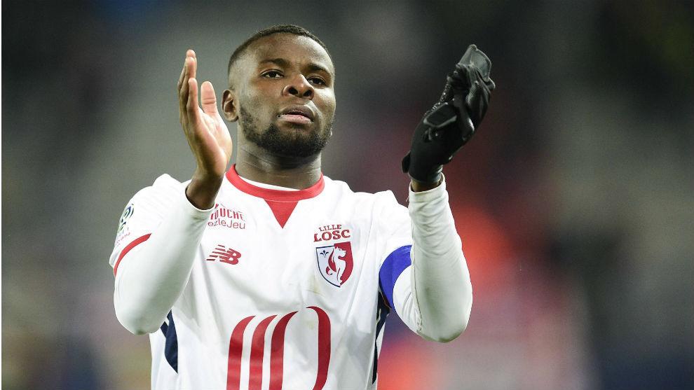 Ibrahim Amadou (25) aplaude a la grada tras un partido del Lille.