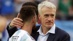 Deschamps saluda a Messi tras el partido.