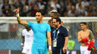 Keylor Navas saluda a la grada tras el último partido de Costa Rica...
