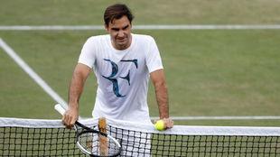 Federer, apoyado en la red