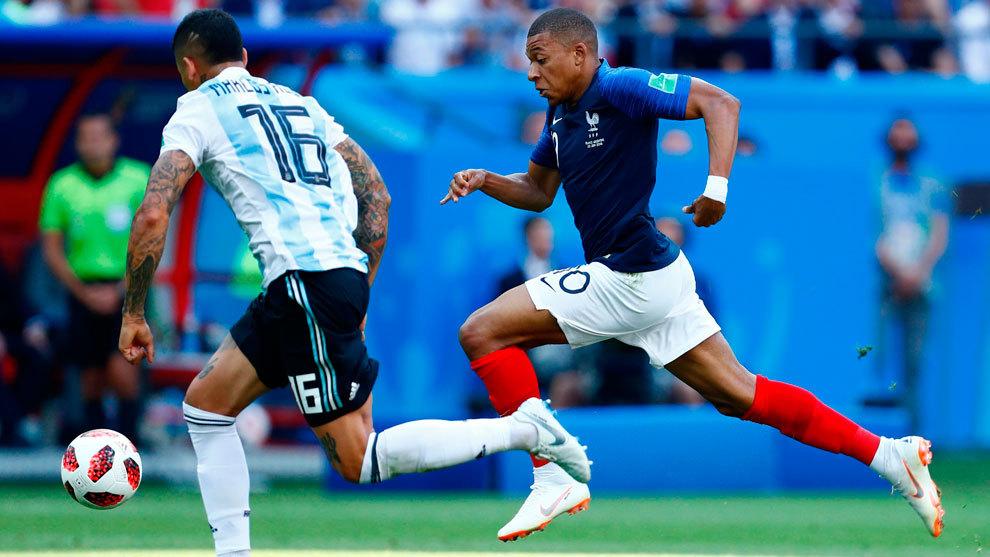 Mbappé intenta superar a Rojo antes del penalti en el área de...