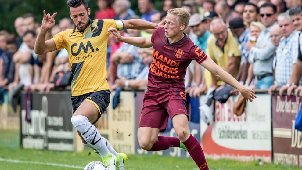 Pablo Marí (a la izquierda) durante un partido con el NAC Breda
